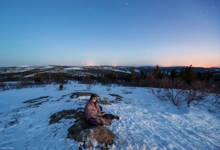 Gocuğuma sarınmış karlar üzerinde yatarken!